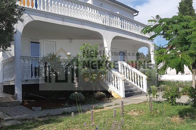 Vodice, kuća sa četiri apartmana i velikom okućnicom