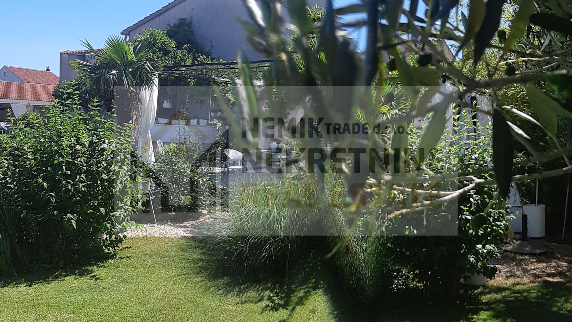 Vodice, kuća sa velikim privatnim parkom punim zelenila i dalmatinskog bilja