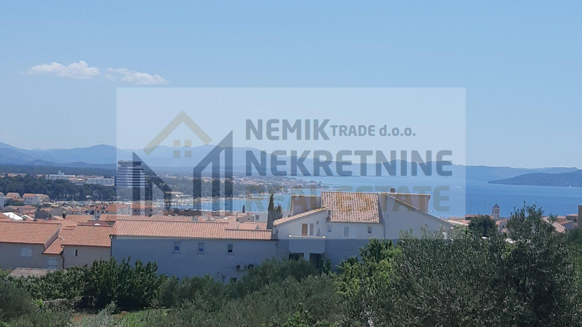 Vodice, kuća sa tri stana i panoramskim pogledom na grad i more