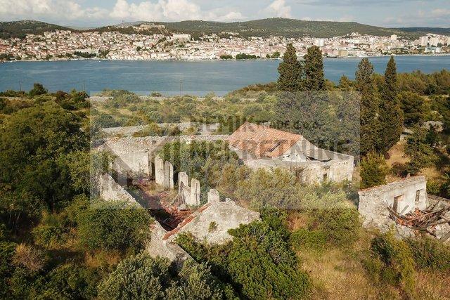 Šibenik, zemljište za prodaju od 20000 m sa postojećim objektima